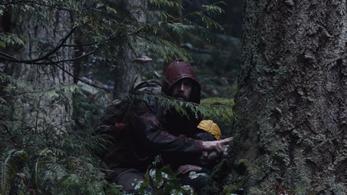 Casey Affleck egy kisfiúnak álcázott kislánnyal utazik a könnyeinkre