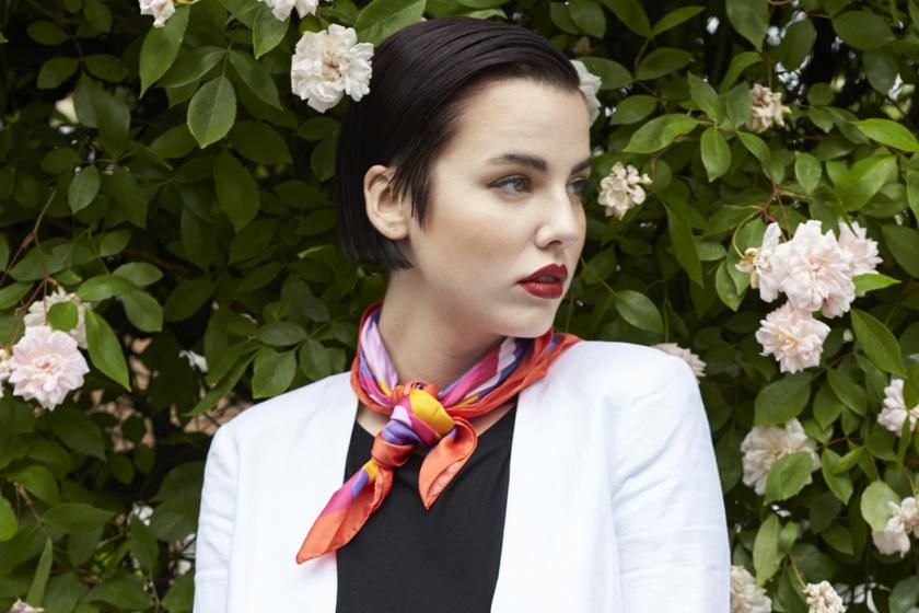 Így kösd meg 10-féleképp a divatos selyemkendőt - Extra nőies ötleteket mutatunk a viselésére
