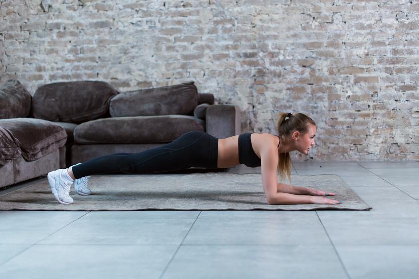 Szinte már unalmas lehet a plank gyakorlattal találkozni egy edzéstervben, azonban valóban ez az egyik leghatékonyabb törzserősítő gyakorlat, és a nagy előnye, hogy nem kell hozzá aktív mozgás. 30 másodpercig elég kitartani, és könnyű személyre szabni, hiszen ha nem megy a 30, elég kevesebb is többször, ha viszont könnyen megy a 30, lehet növelni 60-ra vagy 90-re, afölött viszont nem tesz jót a deréknak.