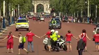 Klímatüntetők élőlánccal akadályozták Boris Johnson konvoját