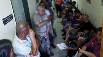 Szűk lépcsőházban tolongva várnak sorukra a rákos betegek a kórházban