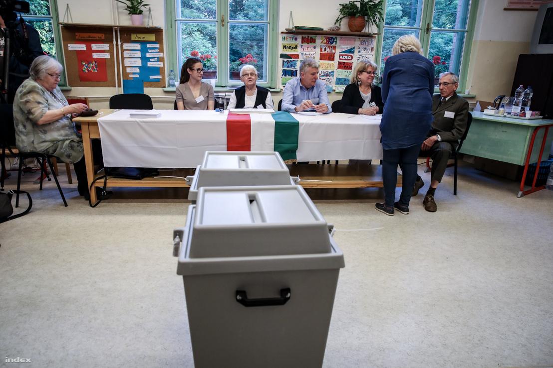 Szavazás a 2019-es EP-választáson az egyik budapesti szavazókörben