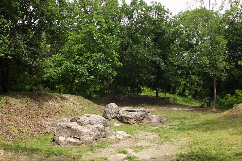 Az egyik legkülönlegesebb balatoni szikla: különös áldozati hely volt Zamárdiban