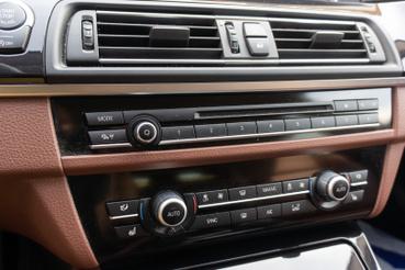 Bő tíz éven keresztül így nézett ki az összes BMW középkonzolja olcsótól drágáig. Előbbinél elment, utóbbinál ciki