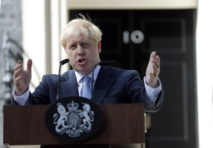 Boris Johnson új brit miniszterelnök nyilatkozik a londoni kormányfői rezidencia, a Downing Street 10. előtt 2019. július 24-én.