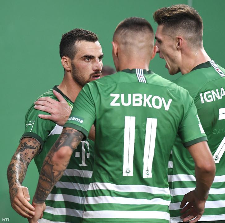 A 11-esbõl gólt szerzõ ferencvárosi Davide Lanzafame (b) csapattársaival Olekszandr Zubkovval és Danylo Ihnatenkóval
