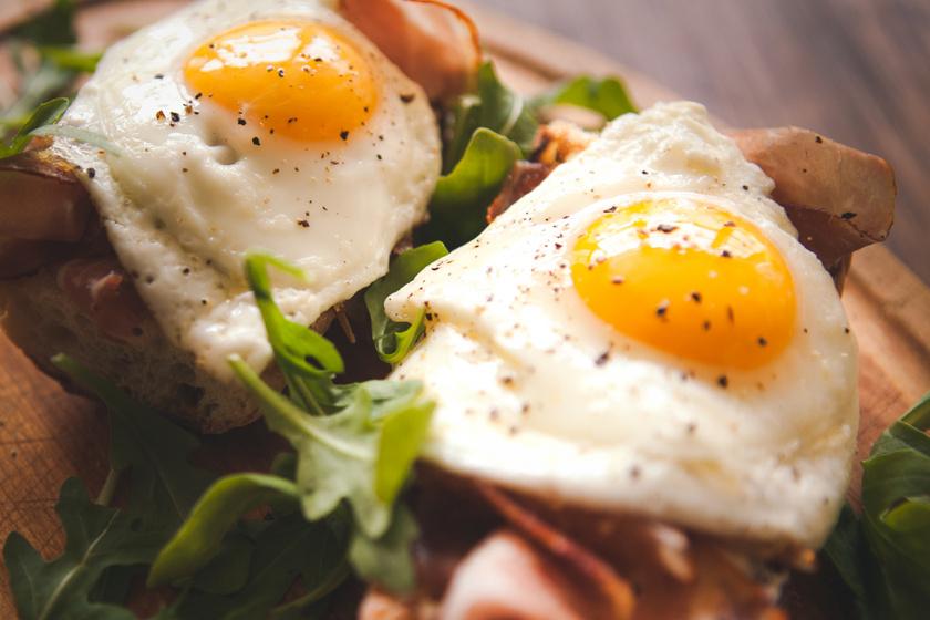 A tojás - különösen a sárgája - kiváló forrása a kolinnak, ráadásul szinte minden tápanyagot tartalmaz. Egy közepes tükörtojásban vagy főtt tojásban nagyjából 150 milligramm van. Koleszterintartalma ellenére egészséges, mivel a HDL-koleszterin szintjét is emeli.