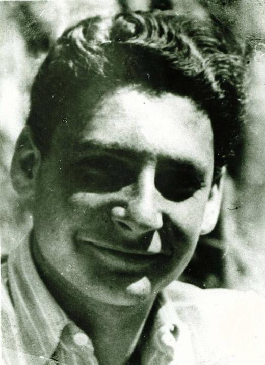 Ez a húszas évei elején járó, sármos fiatalember bizony Bálint György. A fotó 1940-ben készült.