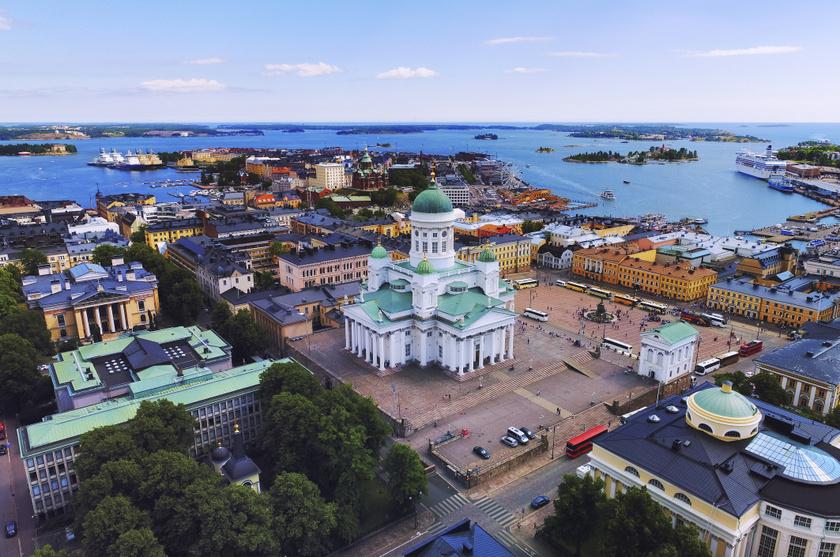 Európa és egyúttal a világ legboldogabb országa Finnország, ahol télen a lappföldi Santa Claus-falut is keresik a turisták, de a nyáron kis szerencsével napfényben úszó főváros, Helsinki is a városnézők kedvence lehet.