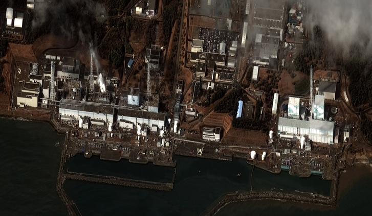 Műholdkép a földrengés és cunami következtében megrongálódott fukushimai erőműről 2011. március 11-én.