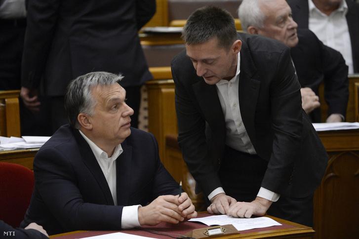 Orbán Viktor miniszterelnök és Rogán Antal a Miniszterelnöki Kabinetirodát vezető miniszter beszélget az Országgyűlés plenáris ülésén 2017. december 12-én.