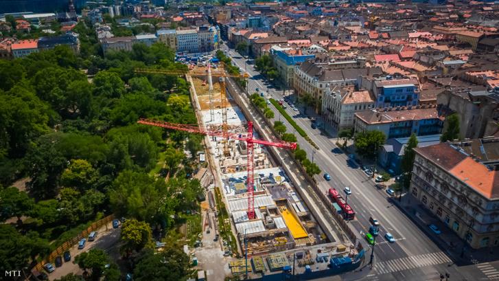 A Városliget Zrt. által 2019. június 27-én közzétett drónfotó a Liget Budapest Projekt keretében épülő Dózsa György úti mélygarázsról 2019. június 12-én