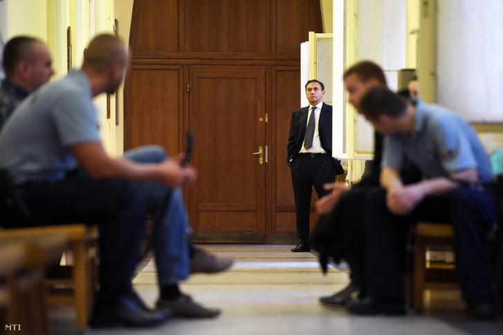 Gyárfás Tamás a Budai Központi Kerületi Bíróság folyosóján 2018. április 20-án.