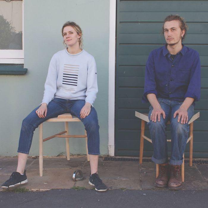 Fotózáskor a lány a terpeszkedős székre egy nőt, míg a másikra egy férfit ültetett, hogy megmutassa, mennyiben különbözik a férfiak testbeszéde a nők testbeszédétől.