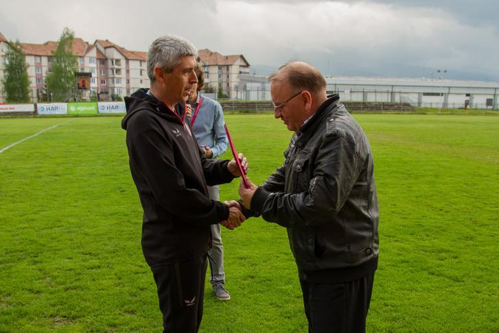 Szondy Zoltán az FK Csíkszereda elnöke érdemoklevelet nyújt át Dobos László újságírónak 2019. május 26-án.