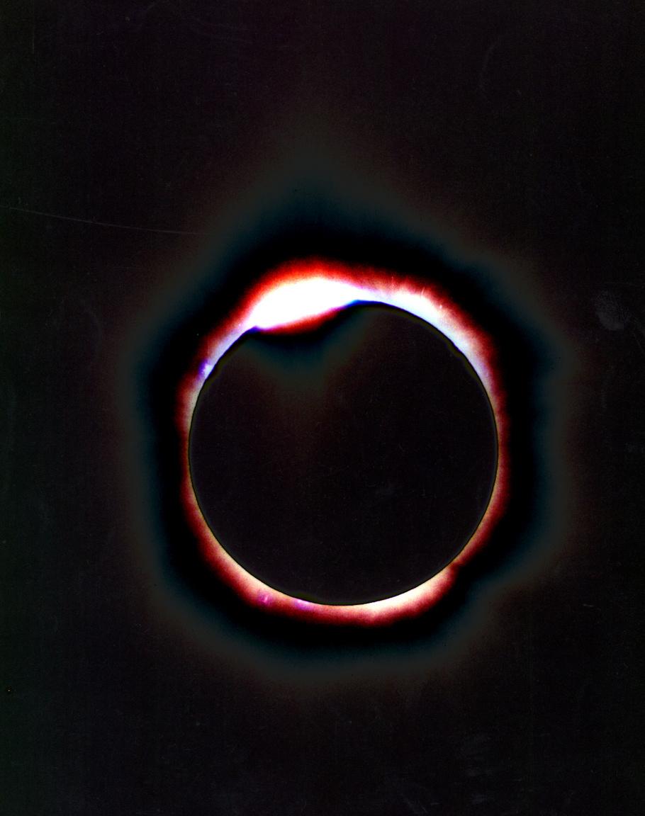 A teljes napfogyatkozás különlegessége, hogy ilyenkor megfigyelhető a Nap koronája, amelyet egyébként a Nap fénye elnyom. A fotó Dunaújvárosban készült.
