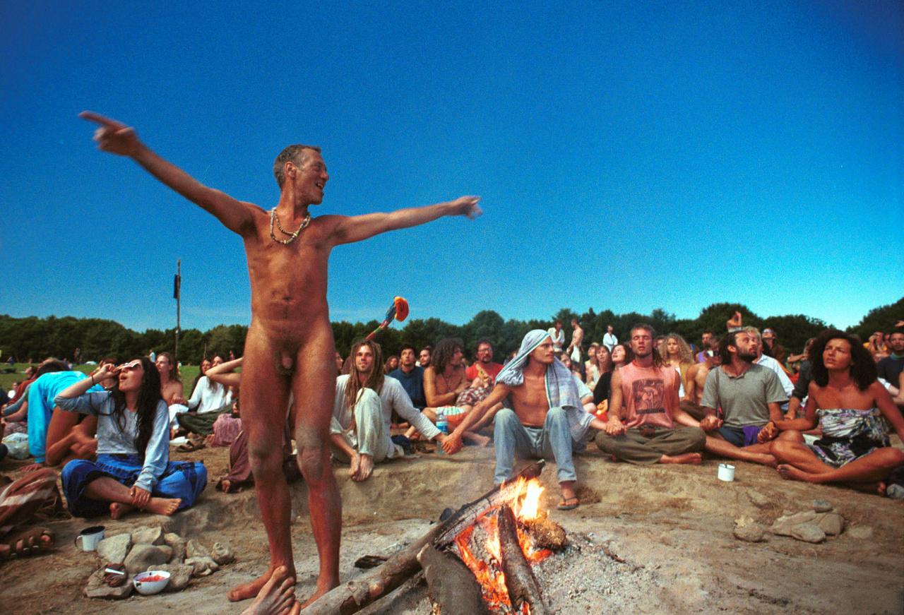 Bakonybélben azon a nyáron a nemzetközi hippimozgalomhoz tartozó Élő Fény Szivárvány Család ökohippi közösség tartott egy hónapos tábort. Mindent megtettek, hogy eggyé váljanak a természettel.