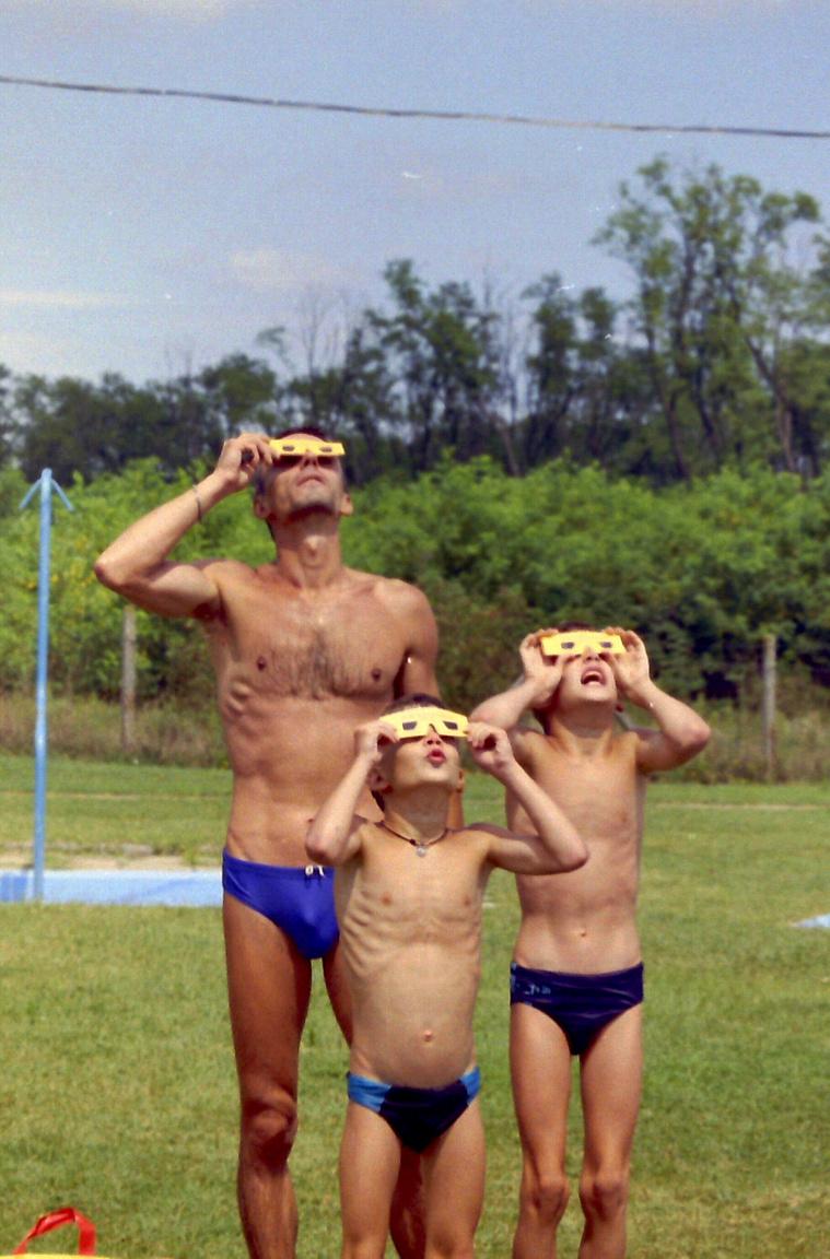 """""""20 évvel ezelőtt olyan helyszínt választottunk a nem mindennapi esemény élvezetére és megörökítésére, mely abba a sávba esett, ahonnan a teljes fogyatkozást látni lehetett. Így esett a választásunk Simontornya strandjára, a gyermekeim már akkor is imádták a vizet, strandolást. Nyári jó idő lévén jobbat nem is találhattunk volna, fantasztikus élmény volt! """""""