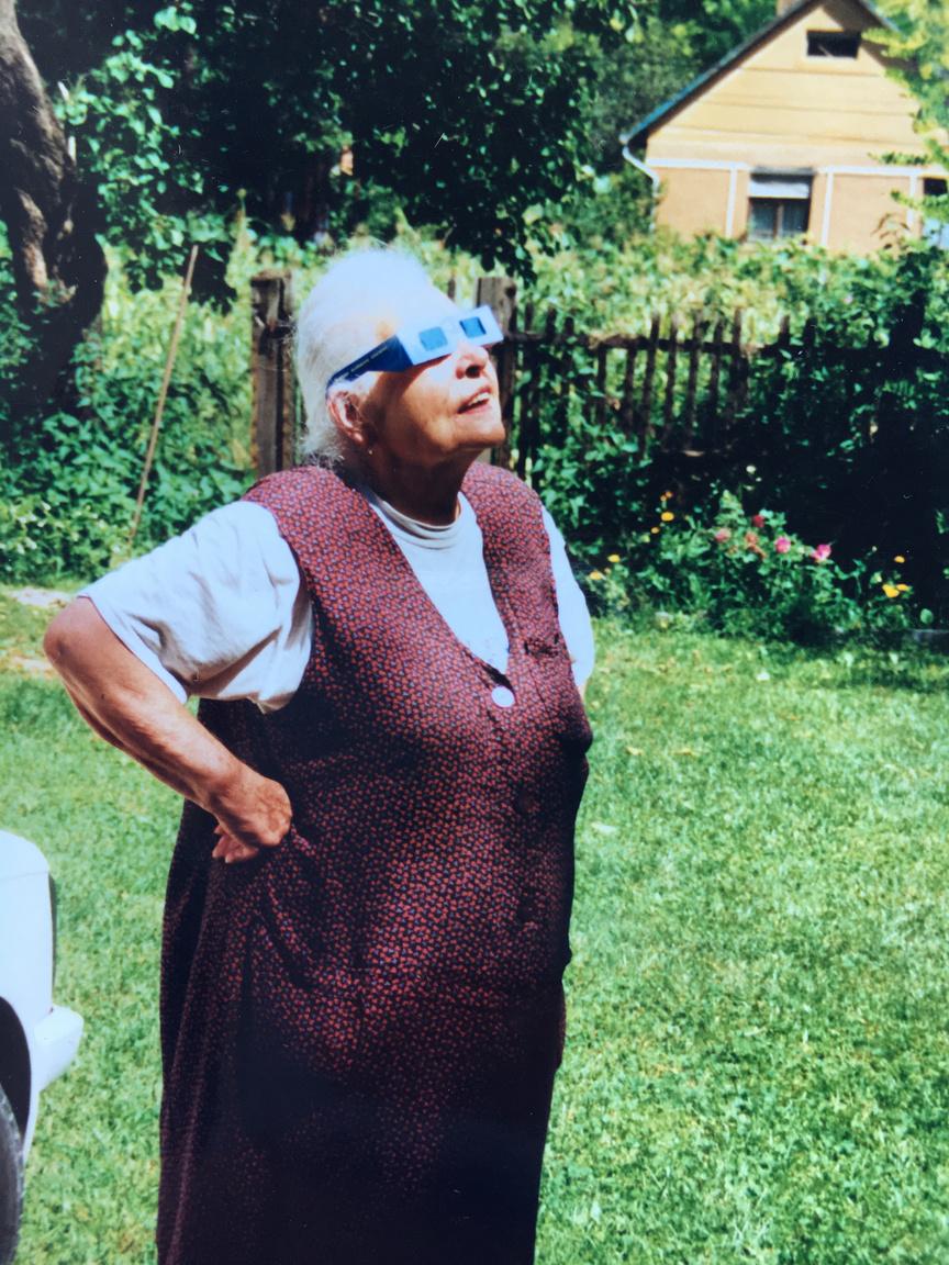 """""""Nagymamám érdeklődve figyeli a teljes napfogyatkozást nyaralónk kertjéből. Káva, Pest megye."""""""
