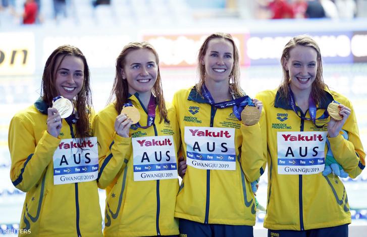 Az aranyérmes Ausztrál válogatott a 4x200 méteres női gyorsváltó döntője után