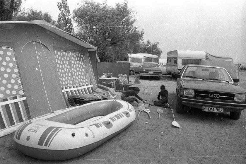 Ki-ki mással érkezett: volt, aki lakókocsival, mások sátorral. Bármivel is, a kempingezés öröm volt. (1971)
