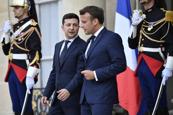 Emmanuel Macron francia államfő (j) kikíséri Volodimir Zelenszkij ukrán elnököt a megbeszélésük után a párizsi államfői hivatalból 2019. június 17-én.