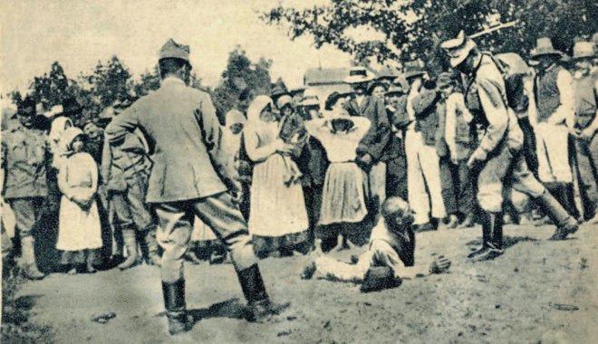 Magyar civileket botozó román katonák valahol a Tiszántúlon, 1919.