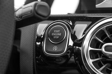 Végre jó helyre került a start-stop kiiktató kapcsolója, ahogy a BMW is csinálja. Néha jobb is kiiktatni, mert van késedelme