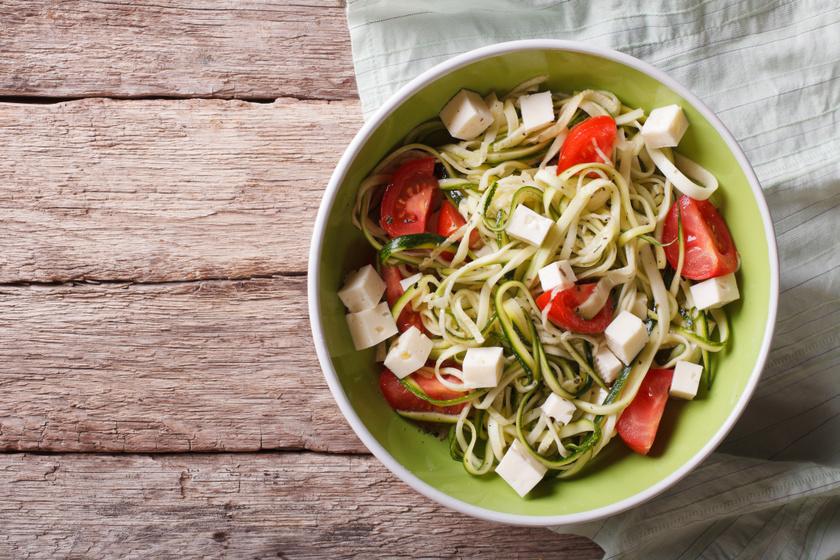 Cukkinispagetti fetával és paradicsomos szósszal: zamatos, karcsúsító fogás