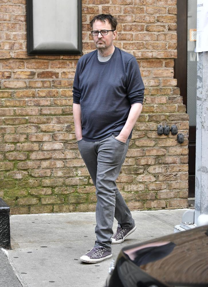 A Jóbarátok Chandlerjét eléggé slamposan, alaposan meghízva, kinyúlt pólóban, kócos hajjal örökítette meg egy fotós.