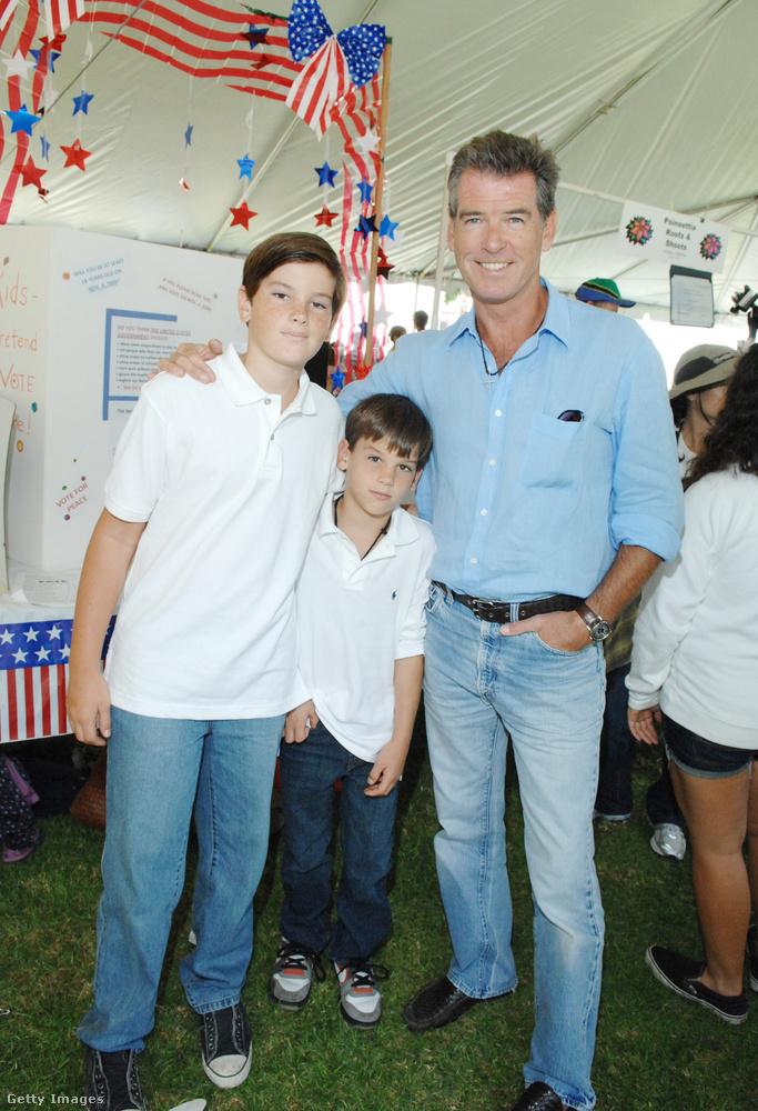 Íme egy másik családi kép, Brosnan apukával és két fiával