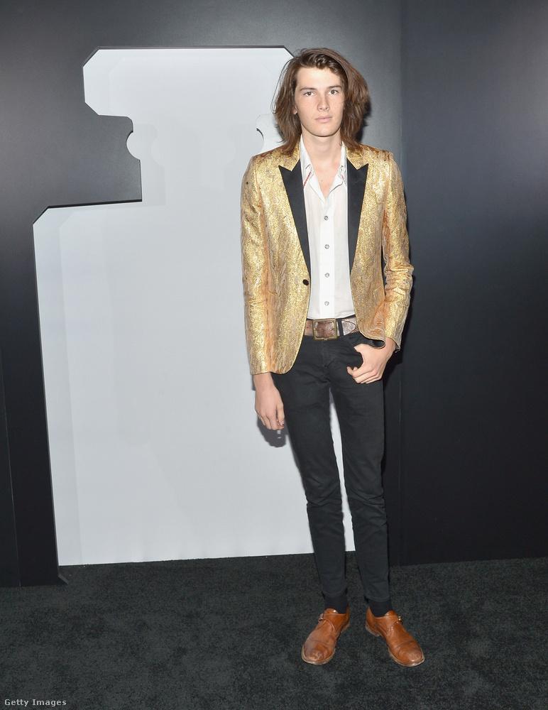 Ahogy Liz Hurley fia, úgy Pierce Brosnané is kipróbálta magát modellként, ami a gyakorlatban leginkább úgy néz ki, hogy bizarr ruhákat hord, fésületlen hajjal.
