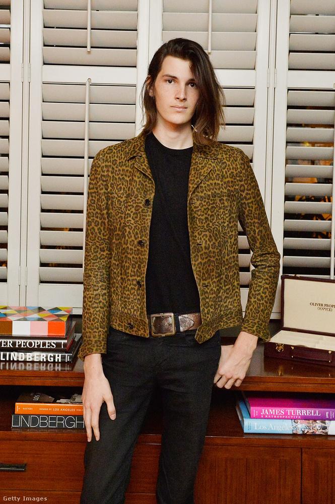 A 22 éves Dylan Brosnan karrierjének eddigi legnívósabb eredménye, hogy az orosz Elle címlapján szerepelt, és a Burberry is felkérte már, hogy reklámozza ruháit