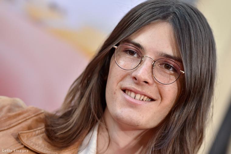 A színész fia feltűnő jelenség volt, úgy nézett ki, mintha Quentin Tarantino '60-as években játszódó filmjéből, vagy egy Elvis Presley-koncert első sorából lépett volna elő