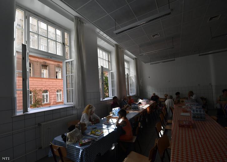 Lakosok a befogadóhelyen a VII. kerületi Baross Gábor Általános Iskolában 2019. július 26-án.