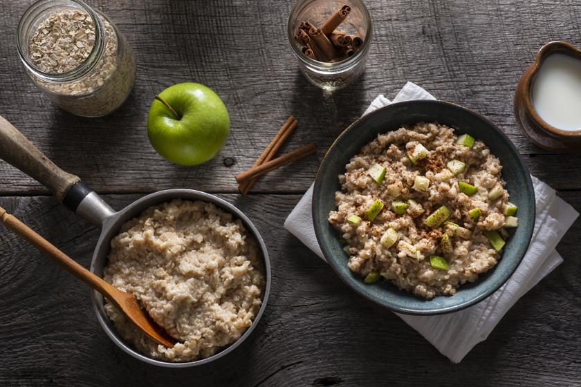 A zabkása laktató, egészséges reggeli, amely sokáig eltelít. Ha legközelebb készíted, próbáld ki sok fahéjjal és zöld almával. Meglepő, de a fahéj mellett nem lesz szükség édesítőre.