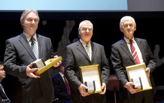 Somogyi Péter (jobbra) Freund Tamással (balra) és Buzsáki Györggyel együtt átveszi az Agy-díjat