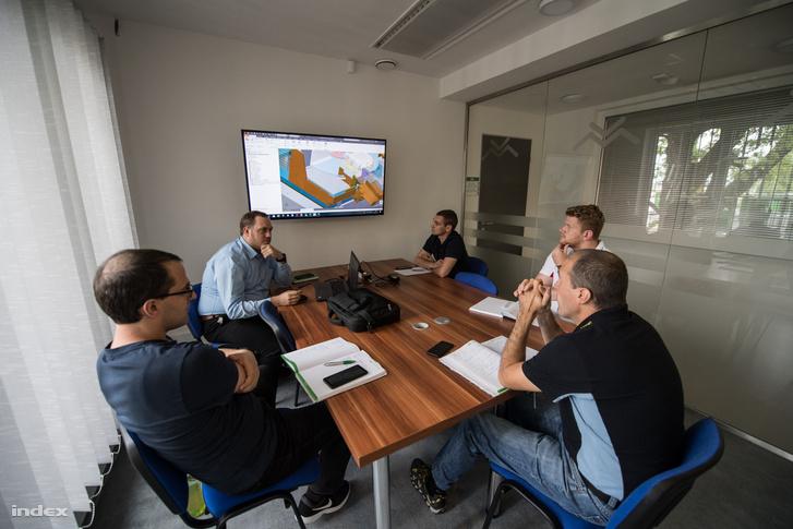 Dolgozók megbeszélésen a VESZT-MONT telephelyén