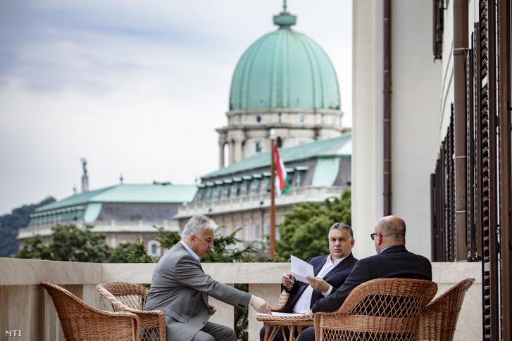 A Miniszterelnöki Sajtóiroda által közreadott képen Orbán Viktor miniszterelnök (j2) fogadja Brenzovics Lászlót, a Kárpátaljai Magyar Kulturális Szövetség (KMKSZ) elnökét (j) a Karmelita kolostorban 2019. július 12-én. Balra Semjén Zsolt nemzetpolitikáért, egyházügyekért és nemzetiségekért felelős miniszterelnök-helyettes.