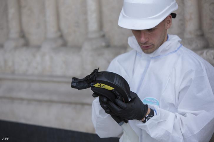 Egy helyreállításon dolgozó munkás lekapcsolja a maszkja szűrőjét a Notre-Dame-nál, július 24-én.