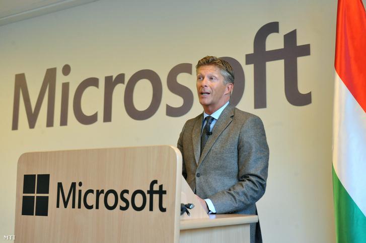 Papp István a Microsoft Magyarország ügyvezető igazgatója mond beszédet mielőtt stratégiai partnerségi megállapodást ír alá Magyarország kormánya és a Microsoft Magyarország együttműködés a vállalat budapesti székházában 2012. december 12-én.