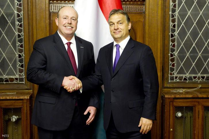 Orbán Viktor miniszterelnök (j) fogadja Kevin Turnert a Microsoft alelnökét a Parlamentben 2012. november 7-én.