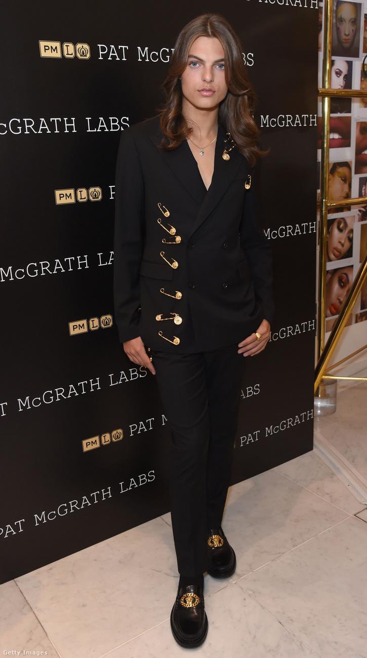 Ő Damian Hurley, Liz Hurley fia, aki most július 25-én így jelent meg a Pat McGrath Labs termékbemutatóján Londonban.