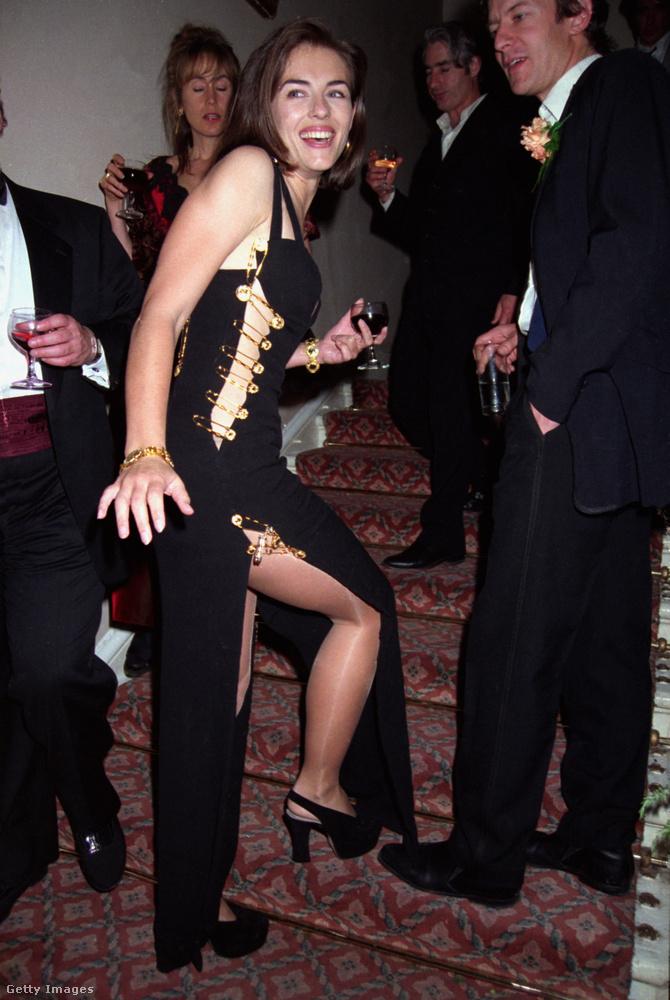 Liz Hurley relatíve ismeretlen volt még ekkor, gyakorlatilag ez a ruha, illetve az általa generált publicitás csinált belőle világsztárt