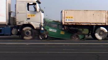 Sokkolja a netezőket a nyilvánvaló: két kamion közé szorulni nem életbarát