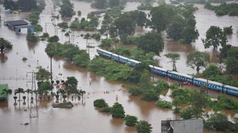 Ezer embert mentettek ki a víz fogságába esett indiai vonatból
