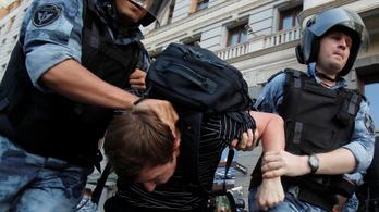 Százával vitték el a szabad önkormányzati választásokért tüntetőket a rendőrök Moszkvában