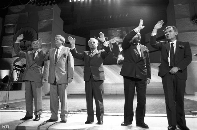 1990. március 22. Szűrös Mátyás, Pozsgay Imre, Nyers Rezső, Németh Miklós és Horn Gyula, a Magyar Szocialista Párt vezető politikusai integetnek az MSZP kampányzáró választási fesztiválján.