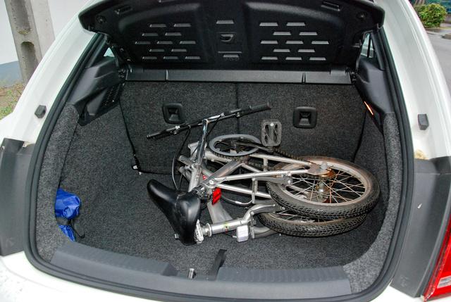 Ma már egész jó összecsukható biciklik kaphatók. Alu, tehát nem nehéz, és olyan picire hajtogatható, hogy még a Beetle nem túl nagy csomagtartójába is röhögve befér