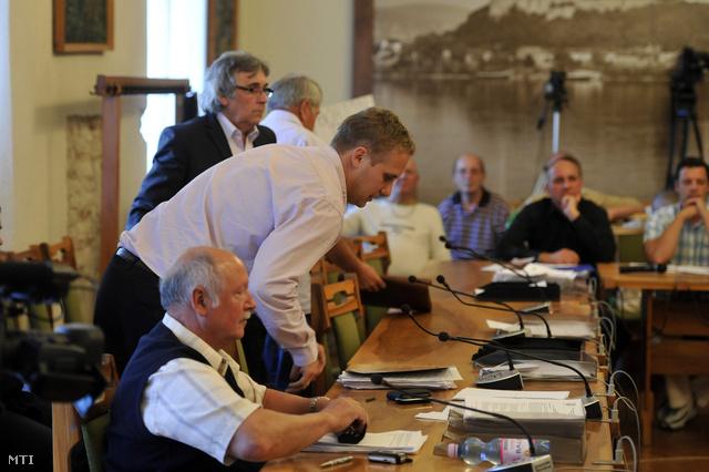 Steindl Balázs a Fidesz-frakció vezetõje (elöl) társaival együtt kivonul az esztergomi képviselõ-testület ülésérõl